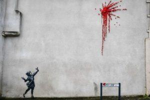 匿名塗鴉藝術家Banksy上周在英國Bristol一房子的外墻,畫上女孩彈出紅花的塗鴉,惹來不少人去打卡。(圖:BBC)
