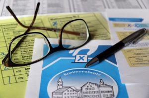別舔選票信封,以減少傳播病毒的可能。